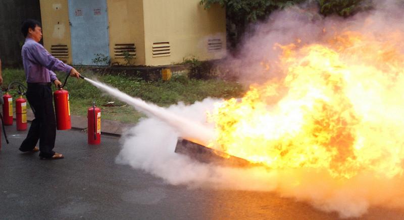 Đứng cách xa đám cháy 1,5 m và phun bột xung quanh để dập lửa